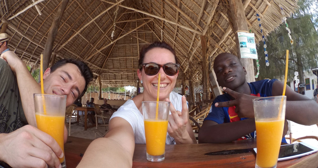 Io, Marcello e Shaibu in spiaggia a Nungwi