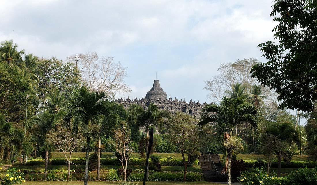 Tempio di Borobudur dal giardino del Monohara Hotel