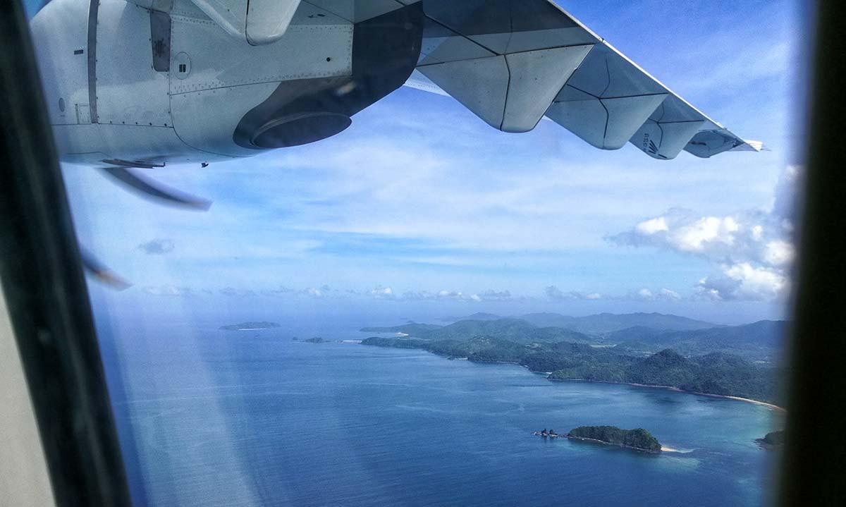 Vista dal finestrino dell'aereo in volo sulle Filippine