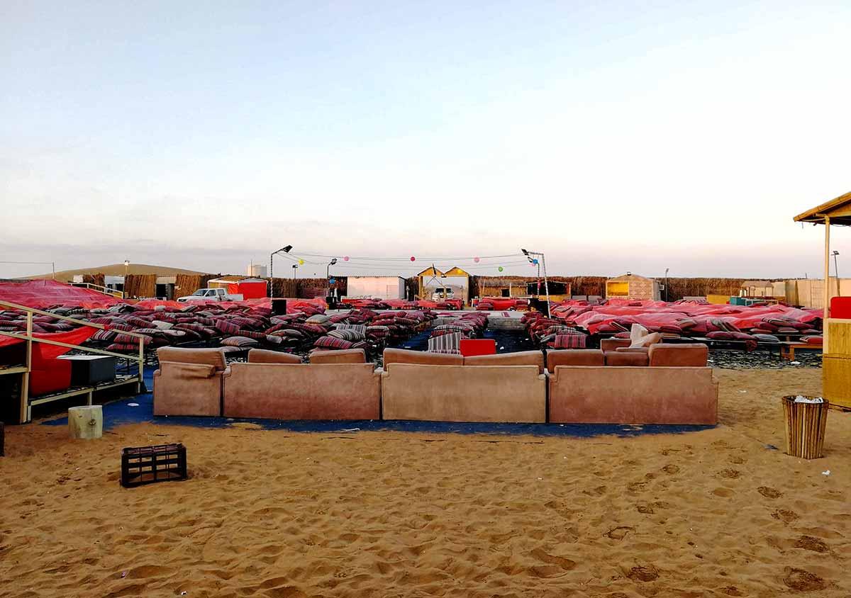 Campo e teatro nel deserto di Dubai