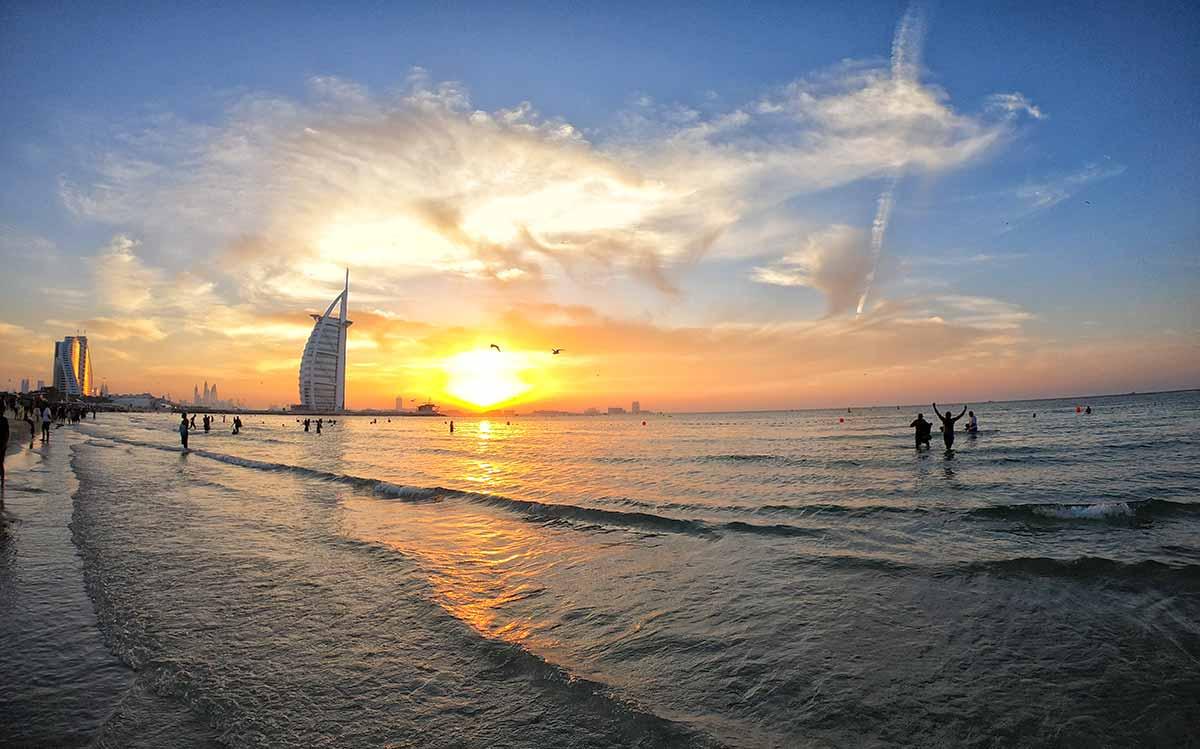 Tramonto in spiaggia a Capodanno a Dubai