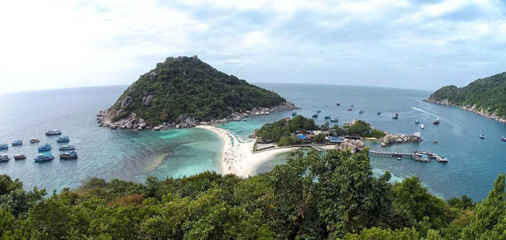 Il mare di Koh Tao, con la piccola isola di Koh Nang Yuan