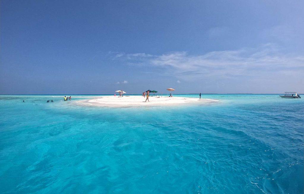 Maldive: lingua di sabbia in mezzo al mare visitata in escursione