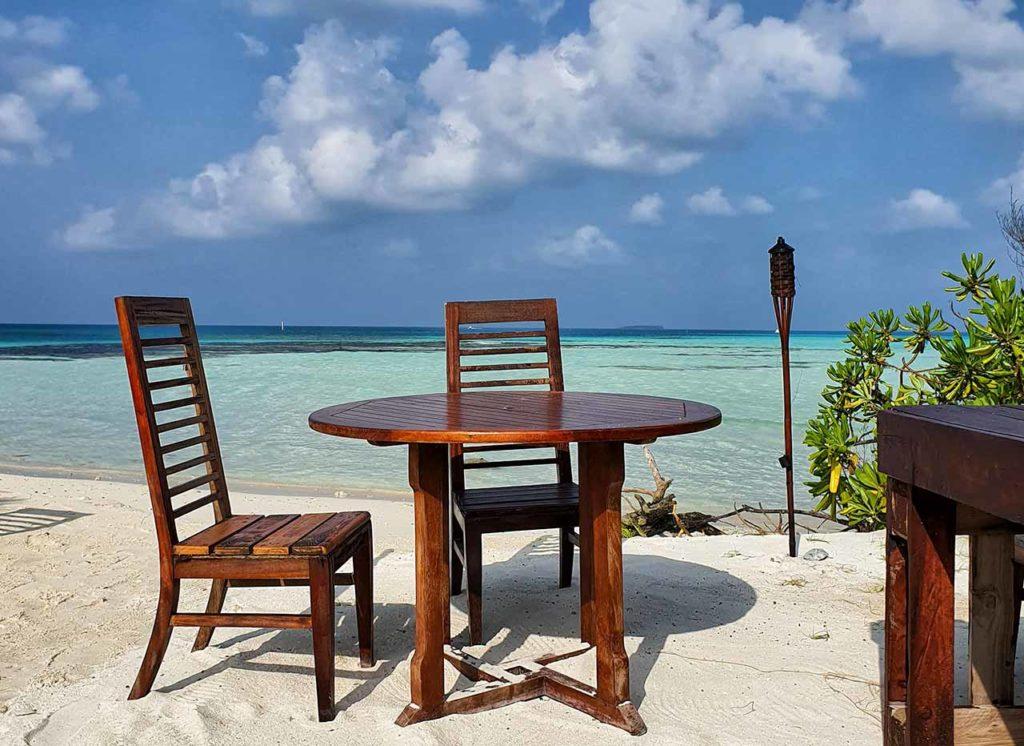 Spiaggia costa Ovest di Dhiffushi: i tavoli del Club Kaafu Dhiffushi