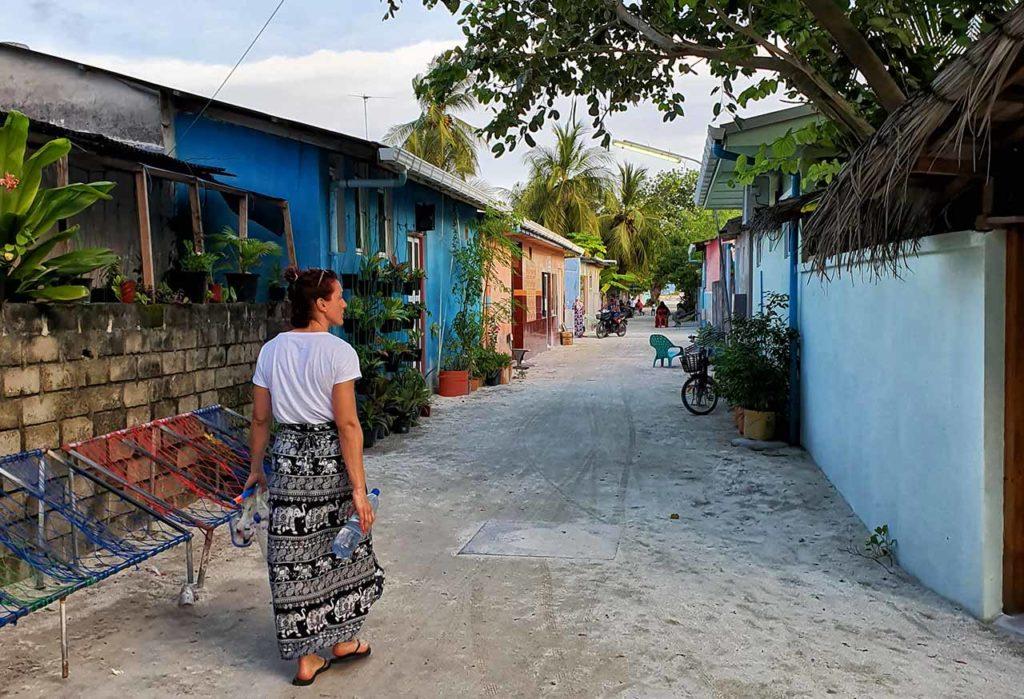 Camminando per Dhiffushi (Maldive)