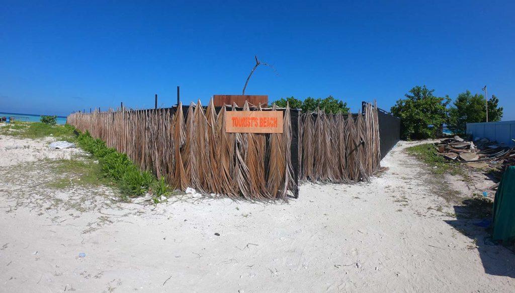 L'ingresso dell'unica bikini beach di Mahibadhoo