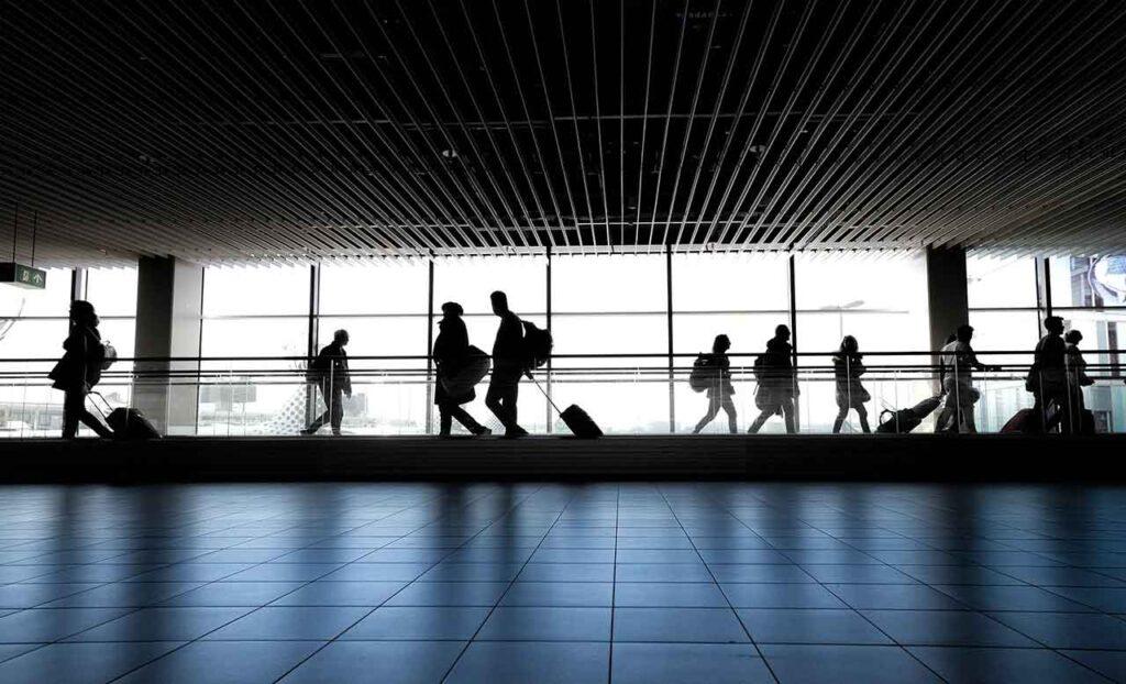 Persone in transito in aeroporto