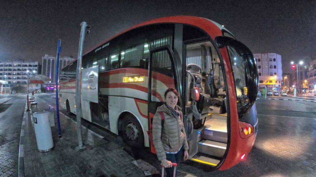 Marta Marcomini (Impiegata Giramondo) alla fermata dei bus di Dubai