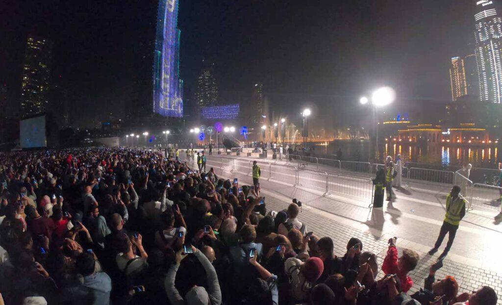 Polizia e sicurezza a Dubai sotto al Burj Khalifa