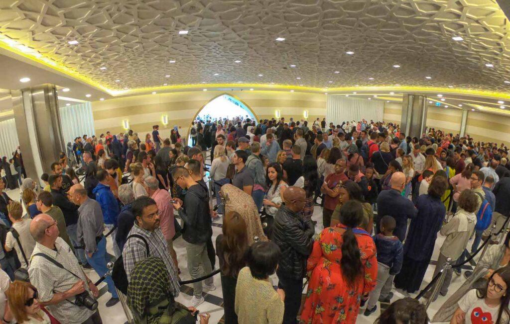 Coda di persone all'ingresso della Moschea Bianca di Abu Dhabi