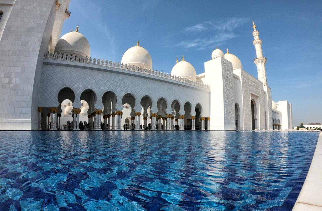 Vasca d'acqua all'esterno della moschea di Abu Dhabi