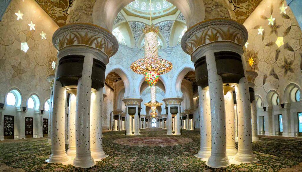 Il tappeto più grande del mondo presso la Moschea di Abu Dhabi
