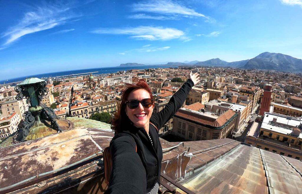 Una vista di Palermo dall'alto con Marta Impiegata Giramondo in primo piano