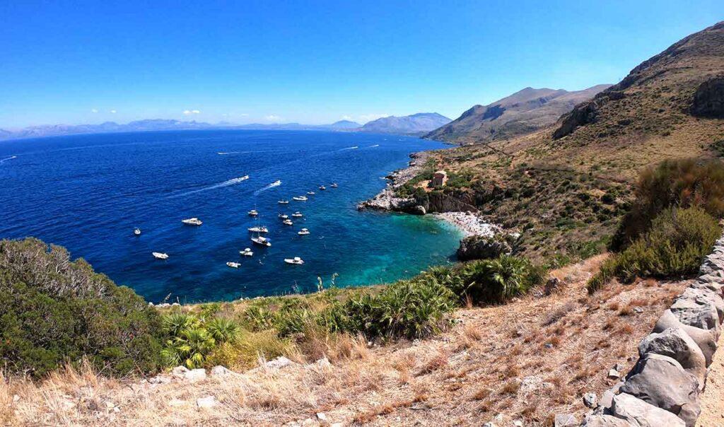 Barche ormeggiate di fronte ad una caletta della Riserva dello Zingaro