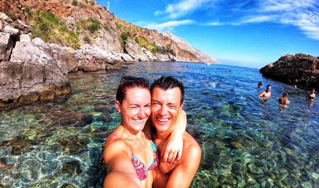 Marta e Marcello in mare a Cala Beretta nella Riserva dello Zingaro