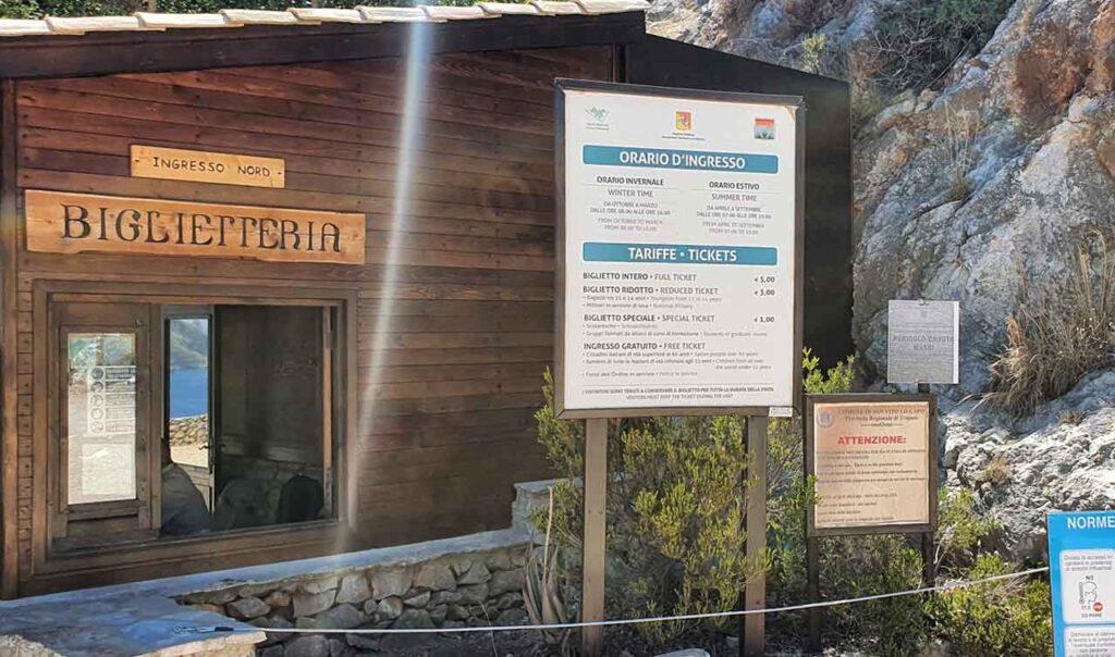 Cartelloni con orari e biglietti per entrare alla Riserva dello Zingaro