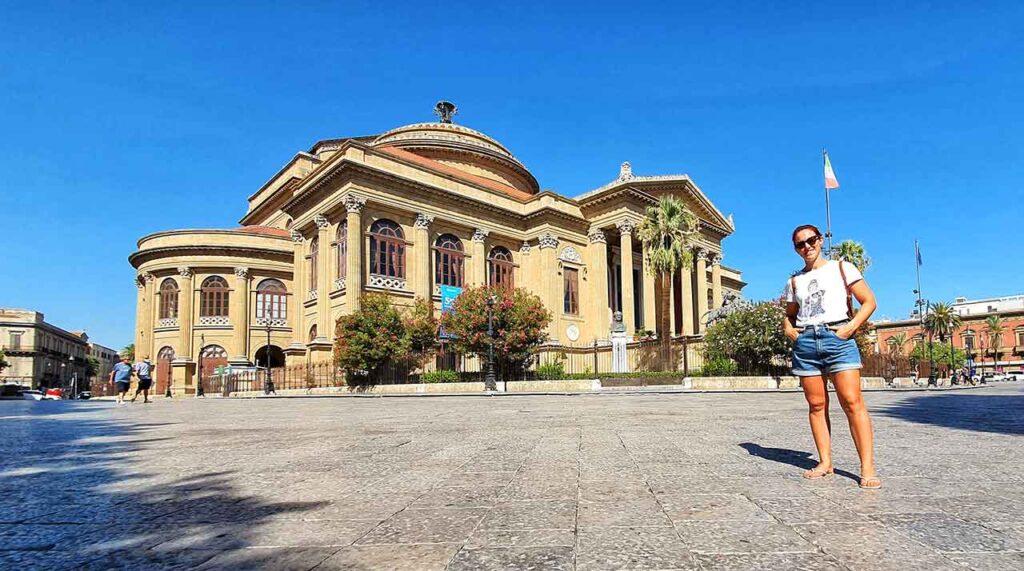 Marta Marcomini a Palermo di fronte a Teatro Massimo