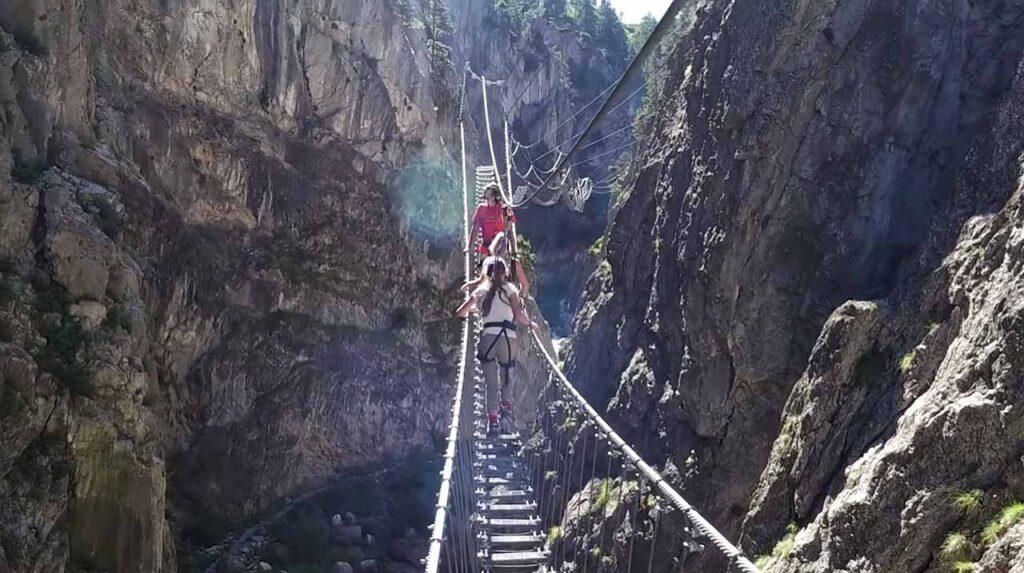 Bambini sul ponte tibetano di Cesana Claviere
