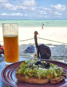 Piatto della colazione con mare di Zanzibar sullo sfondo