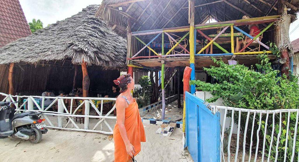 Marta Impiega Giramondo di fronte all'ingresso del Luciana, ristorante di Paje a Zanzibar