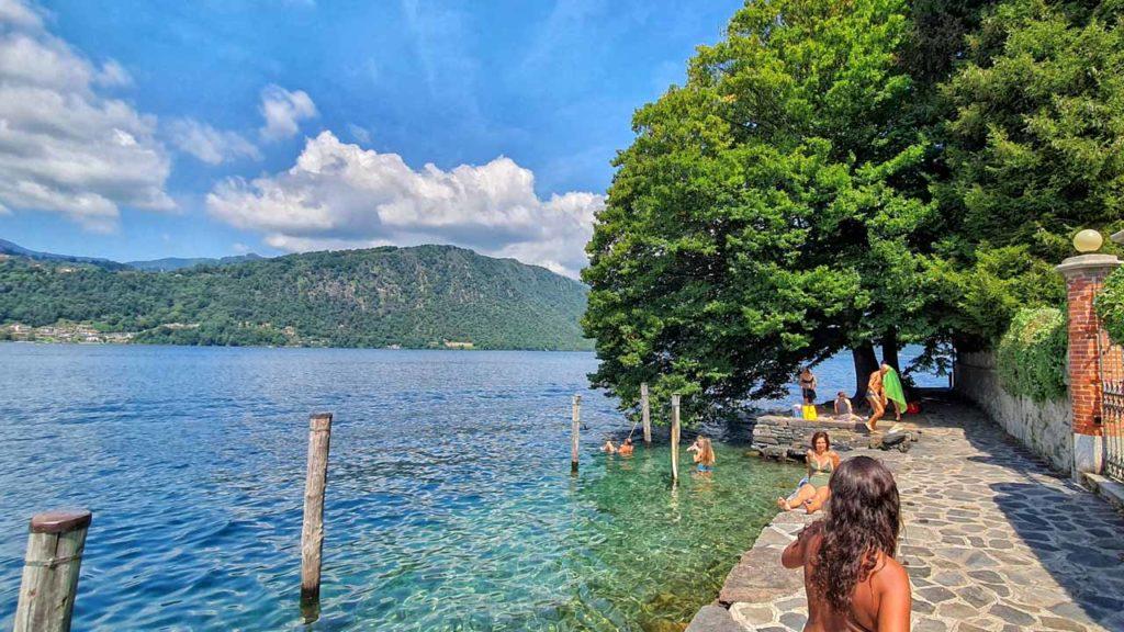 L'acqua limpida del Lago d'Orta in una giornata estiva
