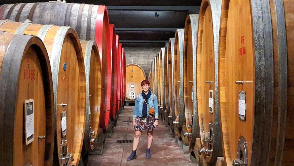 Marta Impiegata Giramondo tra le botti di vino della Cantina Travaglini di Gattinara